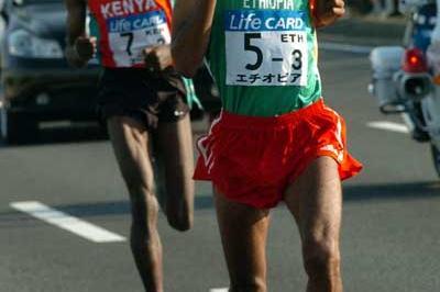 Gebre Gebremariam (Eth) passes Julius Maina (KEN) on the third leg in Chiba (Sjögren)