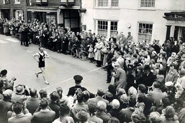Norman Read wins the 1958 Steyning Easter Monday 15 mile race (c)