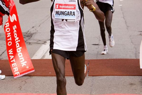 Kenneth Mungara takes the 2008 Scotiabank Toronto Waterfront Marathon (race organisers)