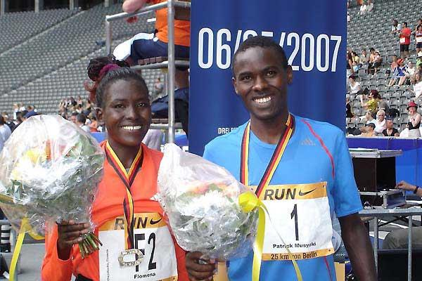 Flomena Chepchirchir and Patrick Makau Musyoki  after the 2007 Berlin 25km (Marisa Reich)
