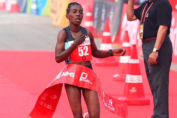 Worknesh Degefa winning the 2016 Delhi Half Marathon (ADHM / Procam International )