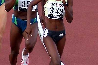 Janeth Jepkosgei (KEN) leads Maria Mutola in Lausanne (Lorenzo Sampaolo)