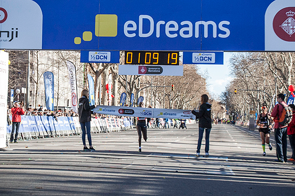 Florence Kiplagat winning at the 2016 eDreams Mitja Marato Barcelona (Organisers)