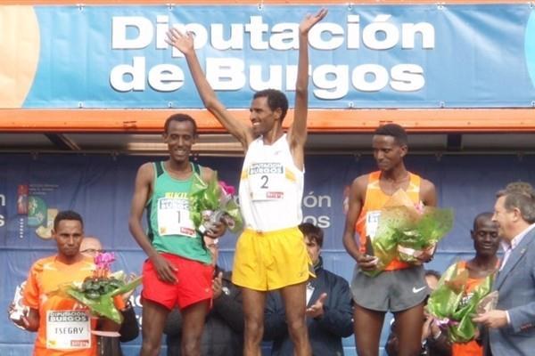 Gebre-egziabher Gebremariam tops the podium in Atapuerca in 2009 (Diputación de Burgos)