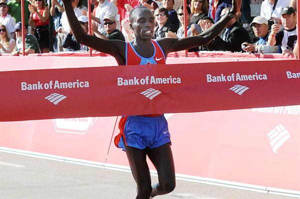 Evans Cheruiyot winning the 2008 Chicago Marathon (Getty Images)