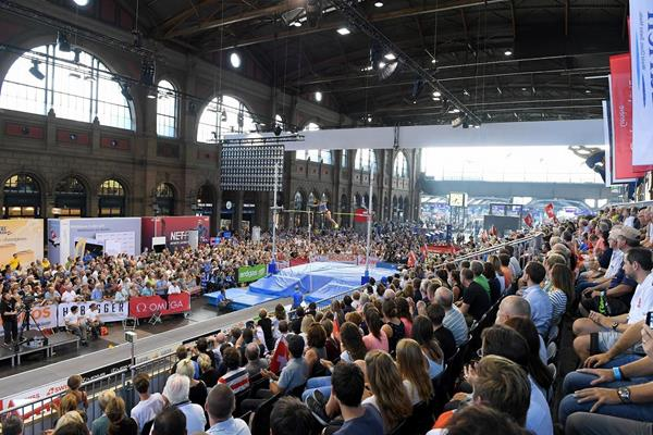 Women's pole vault competition at Zurich's main station (Gladys Chai van der Laage)