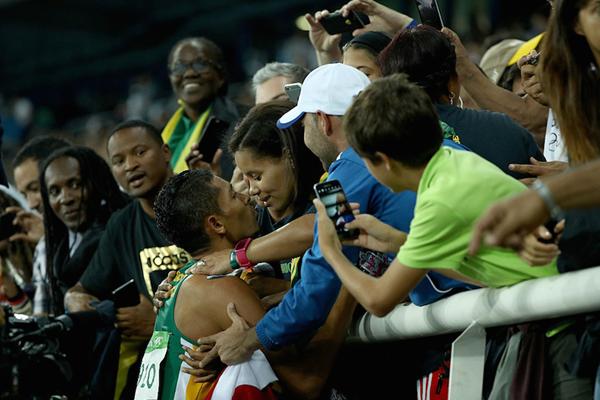 Wayde van Niekerk celebrates with his family ()