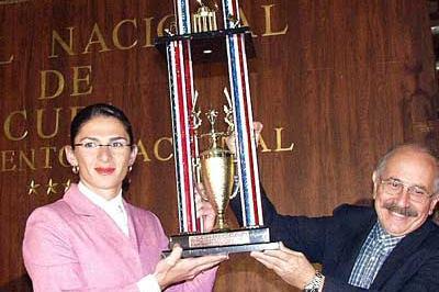 Ana Guevara with her Latin America Sportswoman Award (Javier Clavelo Robinson)
