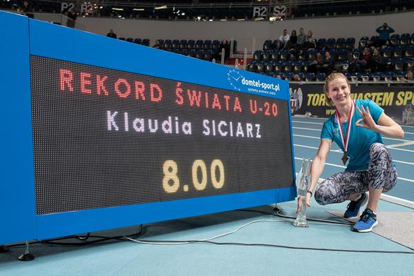 Klaudia Siciarz and her world indoor U20 record numbers in Torun (Tomasz Kasjaniuk/PZLA)