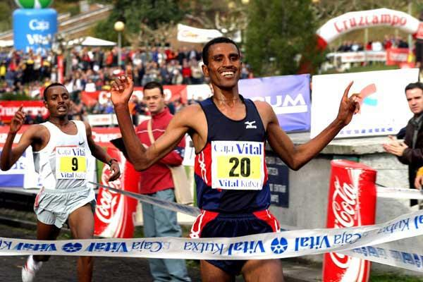 Gebregziabher Gebremariam beats Tariku Bekele in 2004 Llodio xc (Miguel Toña)