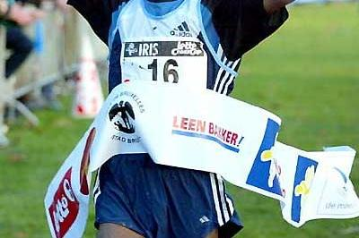Abebe Dinkesa wins the men's race - 2004 Iris Lotto Crosscup in Brussels, Belgium (Mark Shearman)