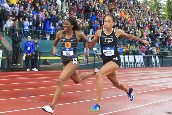 Kendall Ellis (l) makes up a 20-metre deficit to secure the 4x400m victory and team title for USC (Kirby Lee)