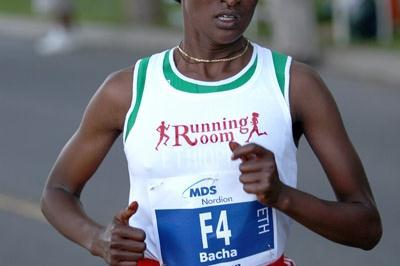 Emebet Bacha en route to her Ottawa 10km victory (Victah Sailer)