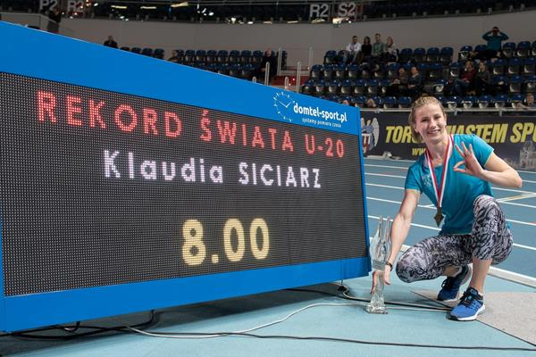 Klaudia Siciarz and her world U20 record board in Torun (PZLA/Organisers)