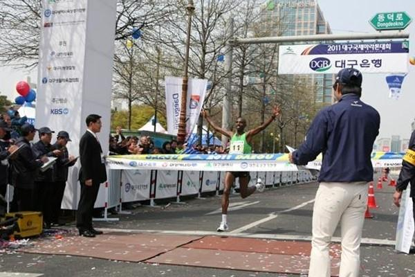 Yusuf Songoka takes the victory at the Daegu International Marathon (Organisers)