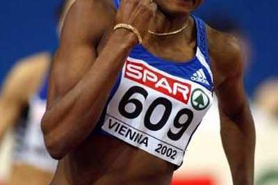 Muriel Hurtis on her way to winning the European Indoor 200m gold in Vienna in 2002 (Getty Images)