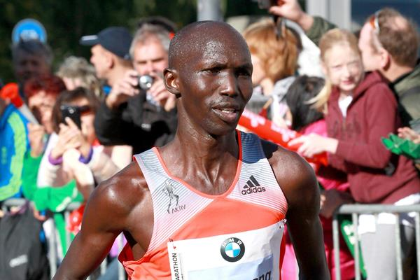 Wilson Kipsang leads the 2013 BMW Berlin Marathon (Victah Sailer / organisers)