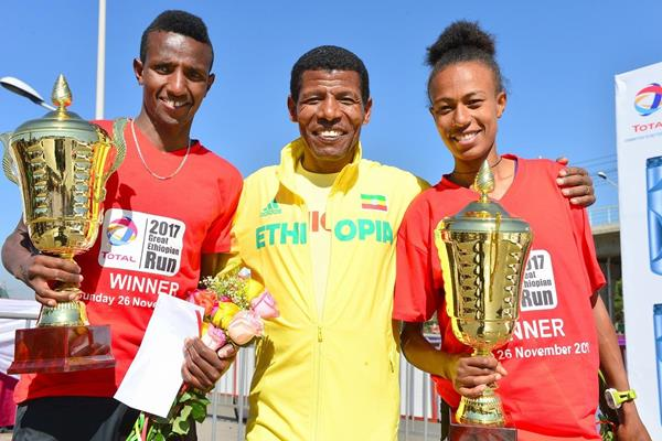 Great Ethiopian Run winners Selemon Berega and Zeyneba Yemer with Haile Gebrselassie (Jiro Mochizuki)