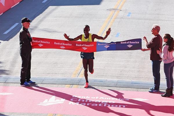 Eliud Kipchoge wins the 2014 Chicago Marathon (Getty Images)