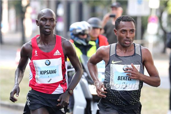 Wilson Kipsang and Kenenisa Bekele during the Berlin Marathon (Organisers / Victah Sailer)