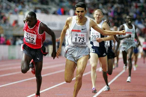 Songok and El Guerrouj dip at the line in Lausanne (KEYSTONE/Fabrice Coffrini)
