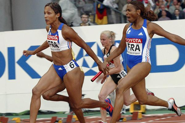 Sylviane Felix (r) hands off to anchor Christine Arron in the 4x100m relay at the 2003 World Championships in Paris (AFP/Getty Images)