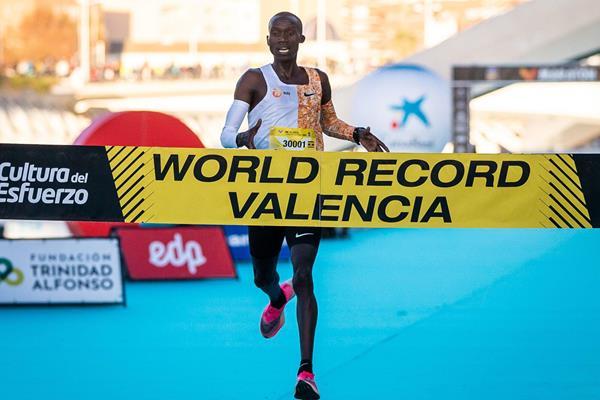 Joshua Cheptegei clocks 26:38 to smash 10km world record in Valencia (NN Running Team)