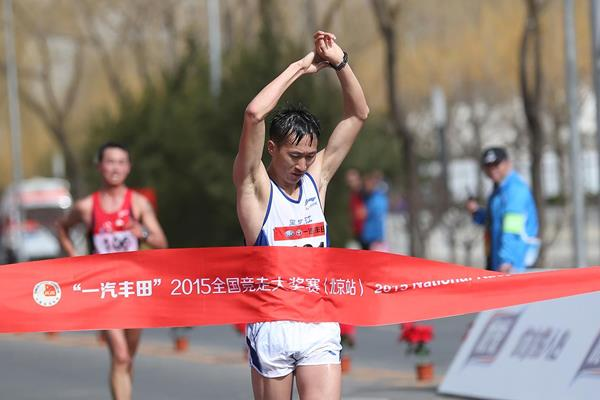 Wang Zhen wins the men's 20km race walk in Beijing (Cao Can)