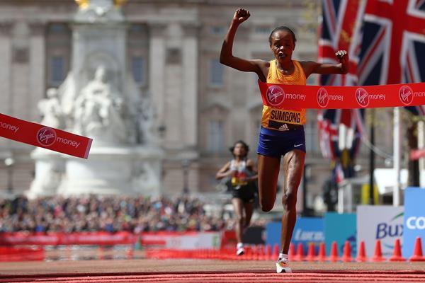 Jemima Sumgong winning at the 2016 London Marathon (Getty Images / AFP)
