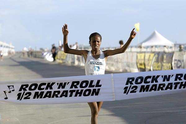 Werknesh Kidane wins her Half Marathon debut (Victah Sailer)