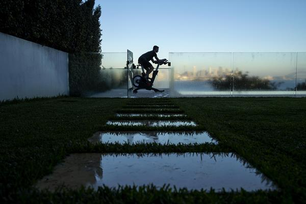 Australian 400m runner Steven Solomon trains at home (Getty Images)