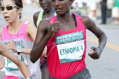 Abebu Gelan running towards victory in the ninth annual Rock 'n' Roll Half Marathon in Virginia Beach (Victah Sailer)