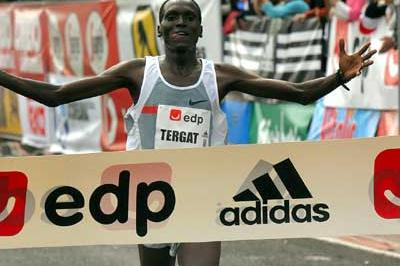 Paul Tergat wins the 2005 Lisbon Half Marathon (Luis Lopes)