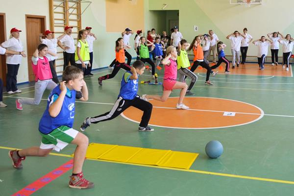 Children and teachers take part in training at the IAAF / Nestlé Kids' Athletics activation in Lviv, Ukraine (Organisers)