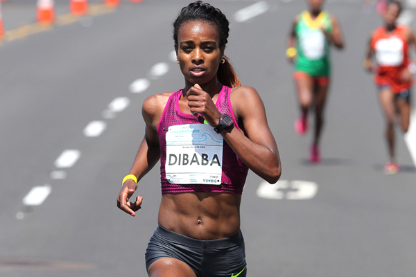 Genzebe Dibaba on her way to winning the 2015 Carlsbad 5000 (Andrew McClanahan / PhotoRun)