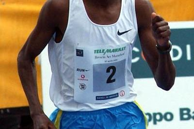 James Kwambai en route to his win at the Brescia Marathon (Lorenzo Sampaolo)