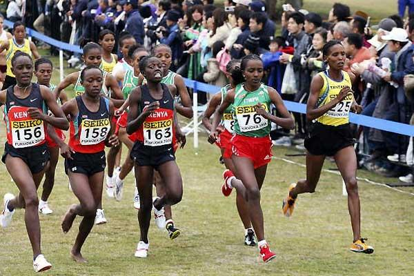 Tirunesh Dibaba (76) runs next to Tanzania's early race leader Pascalina Bombo (225), and three Kenyans the best of whom Wambui finished 8th (Getty Images)