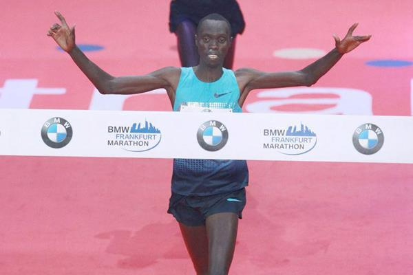 Vincent Kipruto holds off Mark Kiptoo to win the 2013 Frankfurt Marathon (Victah Sailer / Photorun)