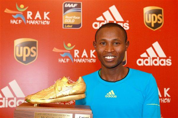 Emmanuel Mutai receives his AIMS Athlete of the Year award in Ras Al Khaimah (Victah Sailer)