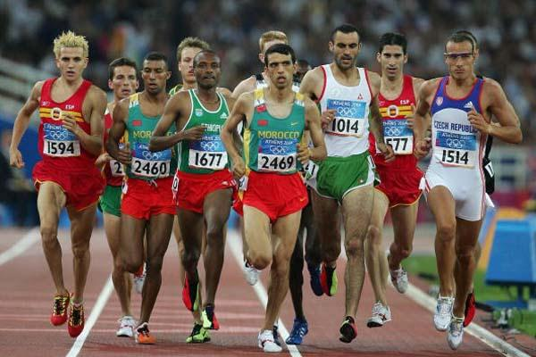 Hicham El Guerrouj leads the pack in the 1500m semi-final (Getty Images)