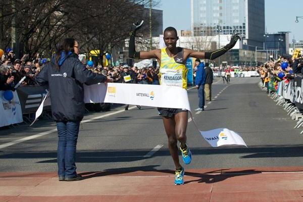 Jacob Kendagor Kipleting wins the 2013 Berlin Half Marathon (SCC-Running/Camera4)