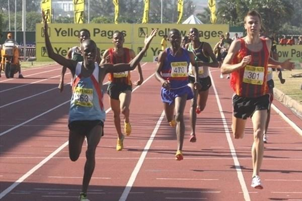Stephen Mokoka (l) en route to the South African 1500m title (Mark Ouma)