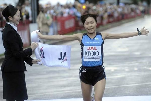 Kiyoko Shimahara (Japan) wins the 2008 Honolulu Marathon (Ronen Zilberman/Honolulu Marathon)