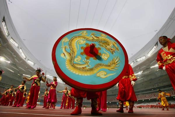 Performers playing the diabolo at the Good Luck Beijing Marathon (Getty Images)