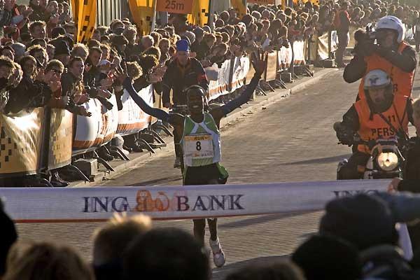 Eshete Wondimu wins the 35th Egmond Half Marathon (Tineke van Hemert)