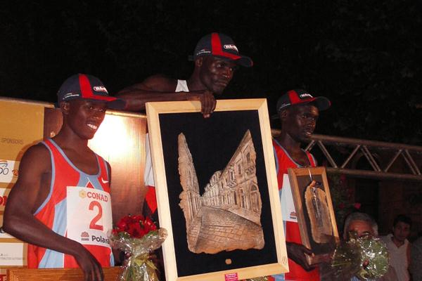The Scicli podium: runner-up Samuel Wanjiru (l), winner Edwin Soi, and Wilson Kiprotich (Alberto Zorzi)