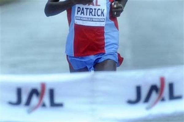 Patrick Ivuti (Kenya) wins the 2008 Honolulu Marathon (Ronen Zilberman/Honolulu Marathon)