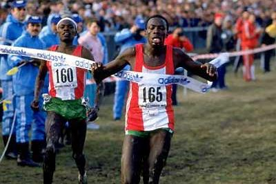 John Ngugi beats Paul Kipkoech at the World XC in Warsaw, Poland in 1987 (Getty Images)
