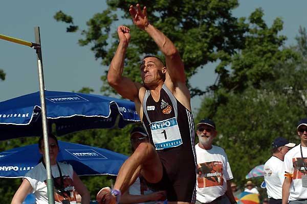 Roman Sebrle high jumps as he battles to regain the lead in Götzis 2005 (Hasse Sjögren)