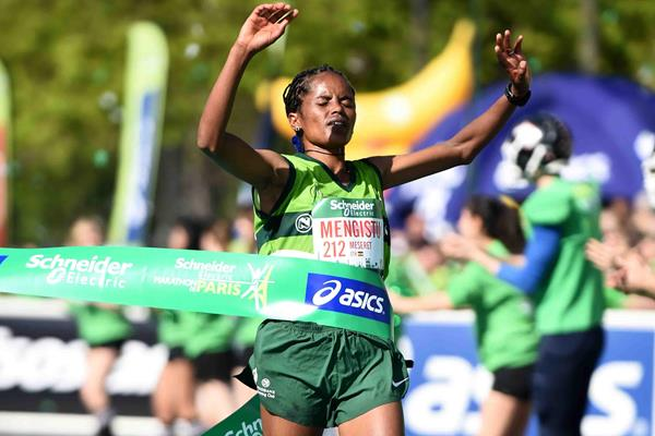 Meseret Mengistu winning at the 2015 Paris Marathon (Jiro Mochizuki)